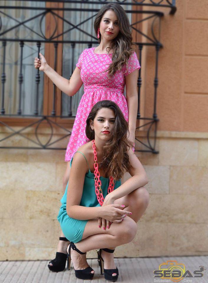Dos modelos posando con vestido azul y collar rosa y vestido rosa con collar rosa