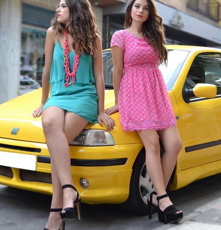Dos modelos posando con vestido verde y vestido rosa con lunares blancos