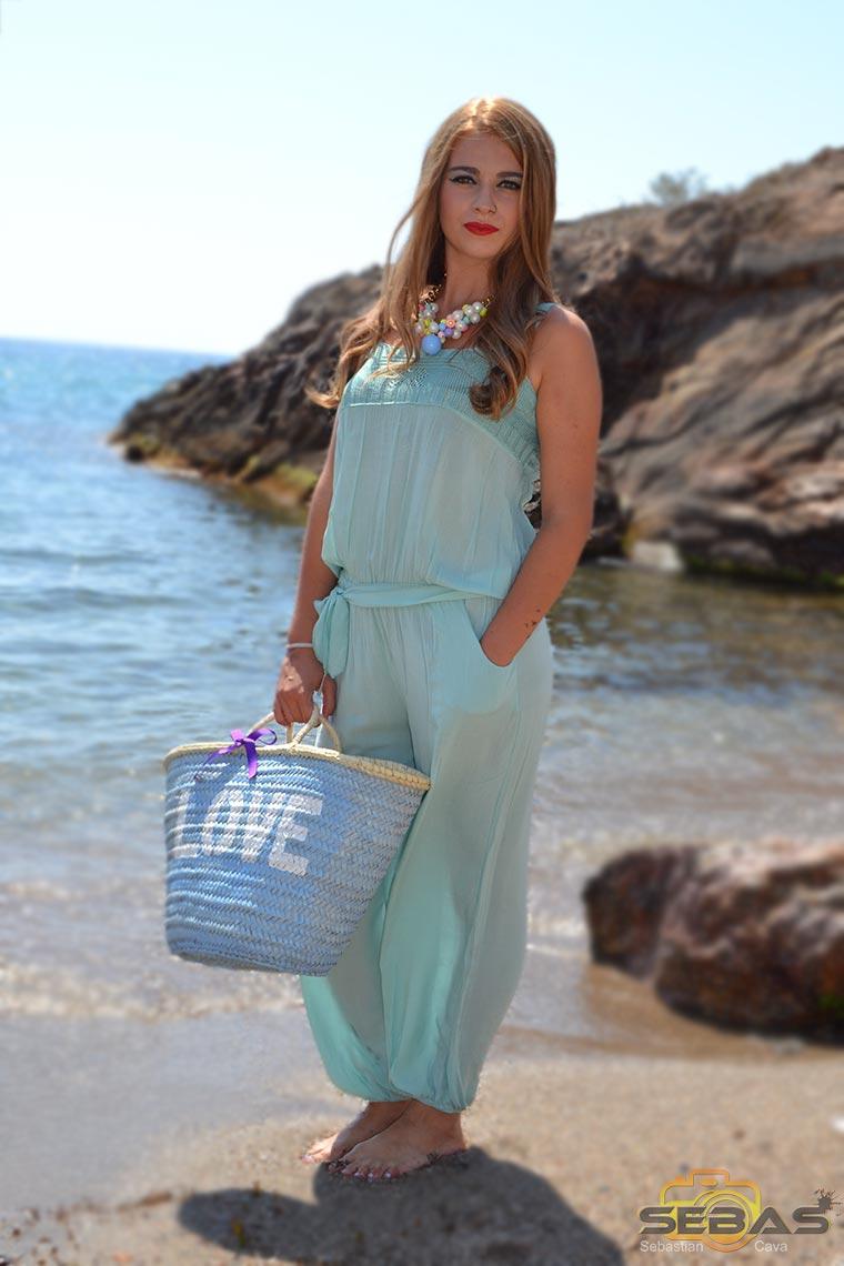 foto modelo en la playa, con vestido azul