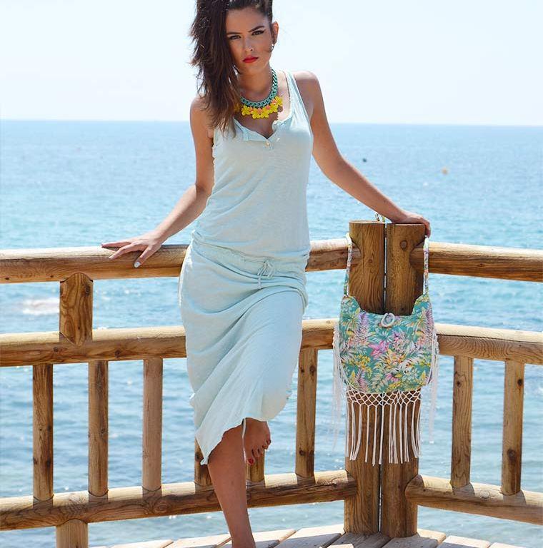 Vestido azul, modelo posando en la playa