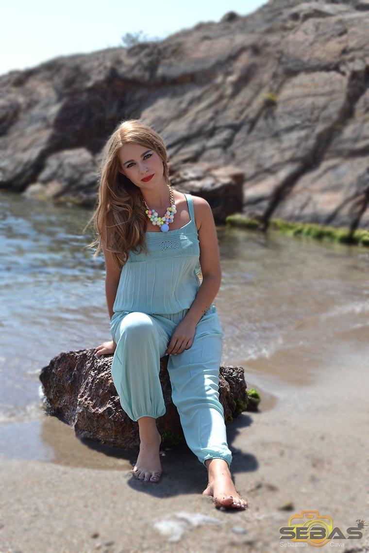 foto-modelo-vestido-azul-sentada-en-una-roca