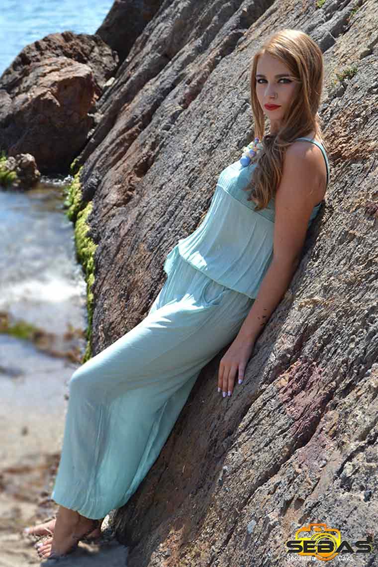 foto-modelo-vestido-azul-apoyada-en-una-roca