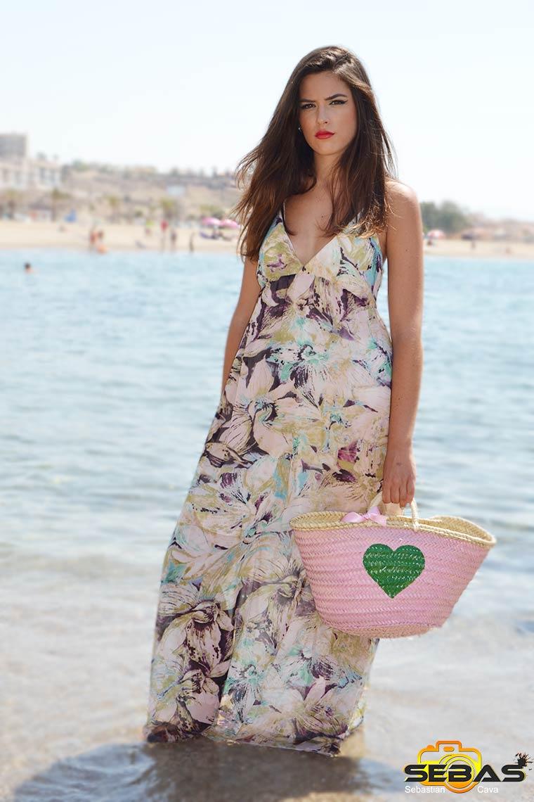 foto-modelo-vestido-floral-con-flores-en-la-playa