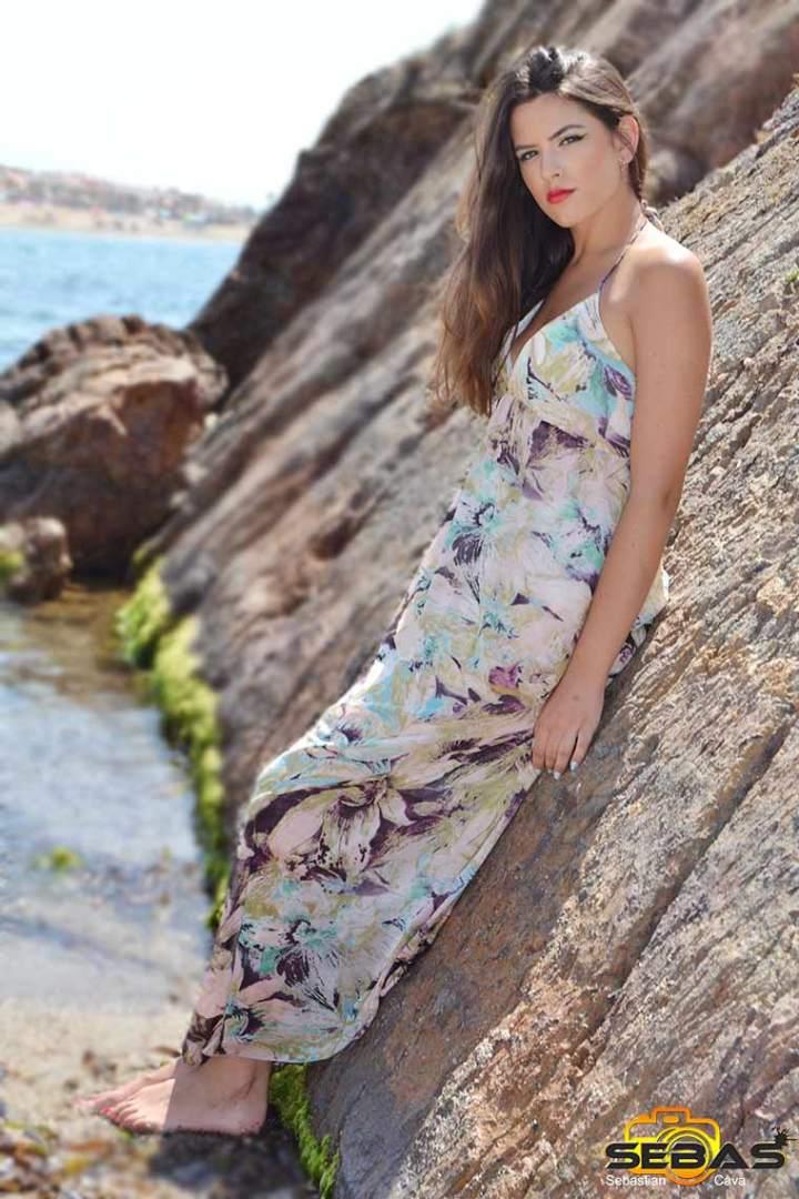 foto-vestido-floral-posando-en-la-playa