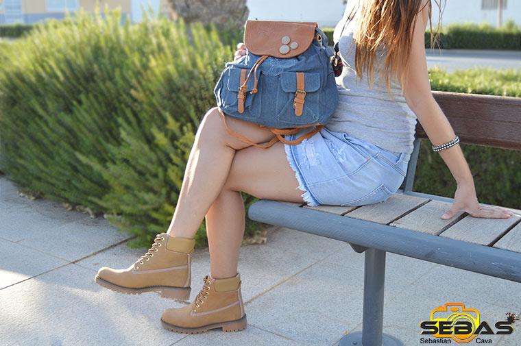 Modelo con botas y bolso