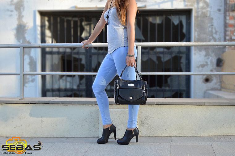Conjunto botin y bolso negro con modelo posando, reportaje fotografico