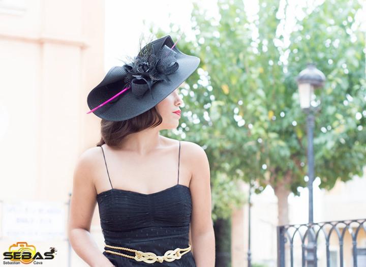 Tocado negro con flor negra de moda