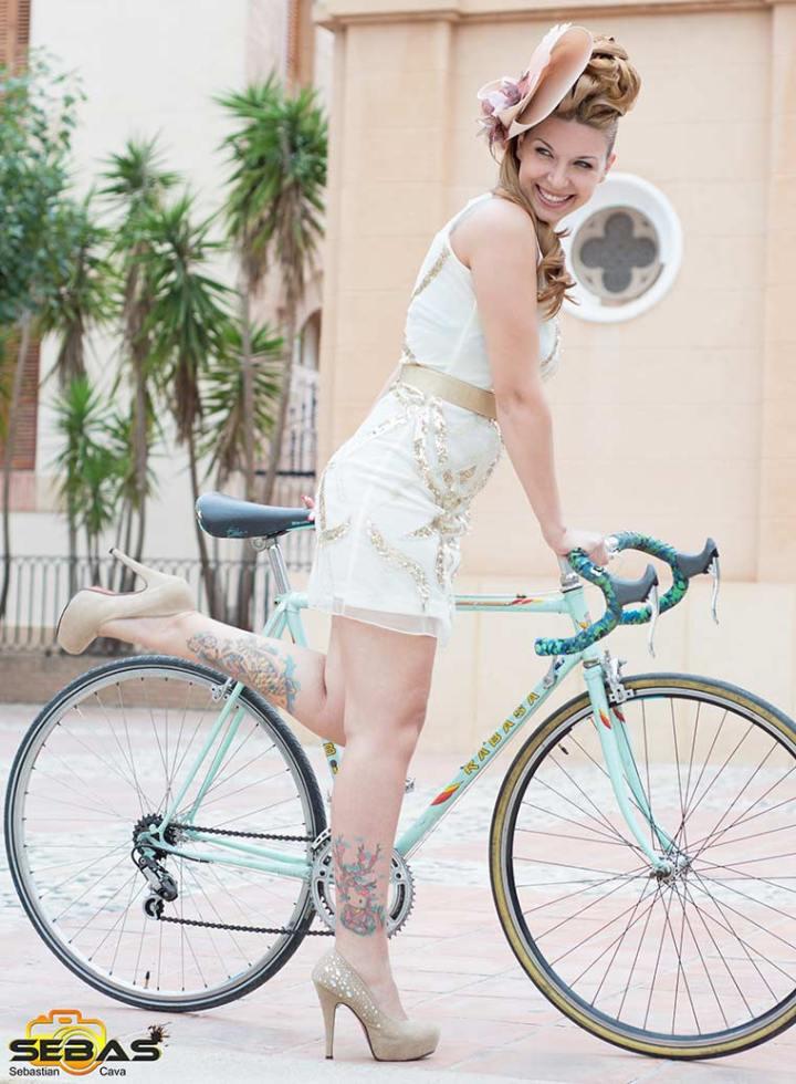 Tocado de moda, chica con bici y tocado beige
