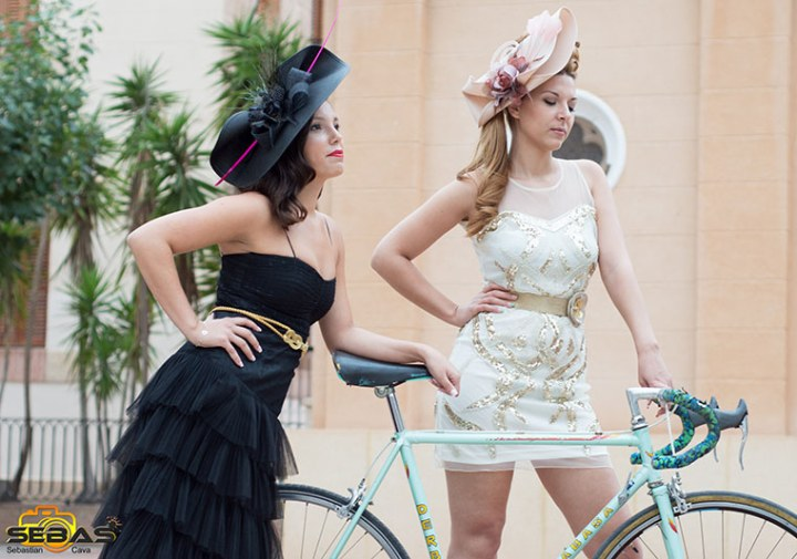2 chicas posando, tocados de moda negro y  beige