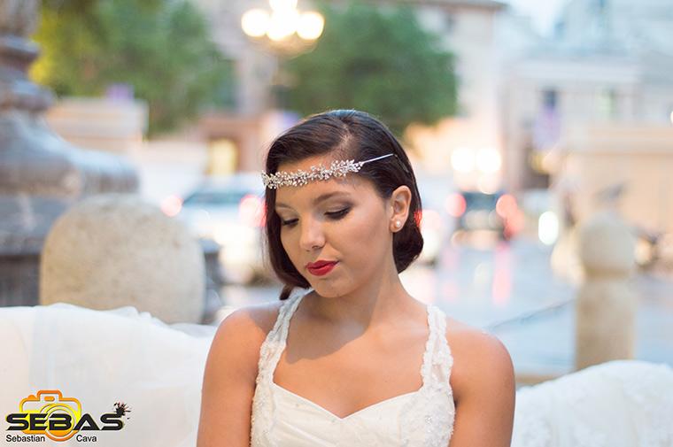 Modelo con vestido de novia con diadema con piedras preciosas