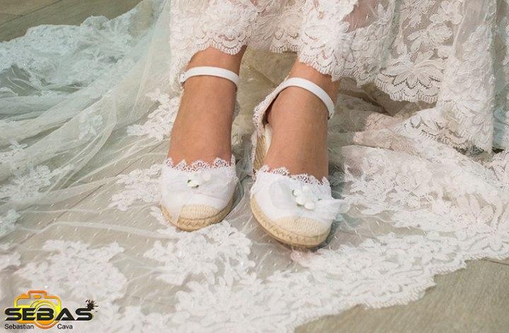Calzado de novia blanco con lazos blancos y una bonita flor blanca bel bel desings Totana Murcia