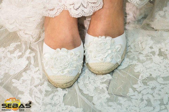 Calzado de novia blanco con una bonita flor blanca y perlas bel bel desings Totana Murcia