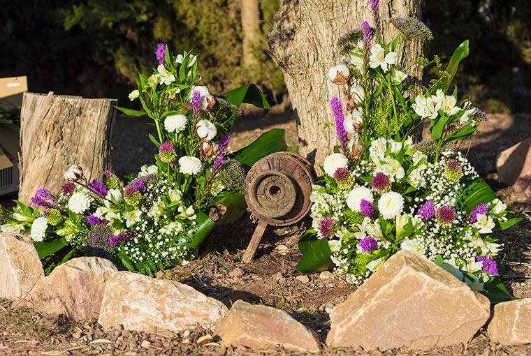 centro con flores blancas y lilas
