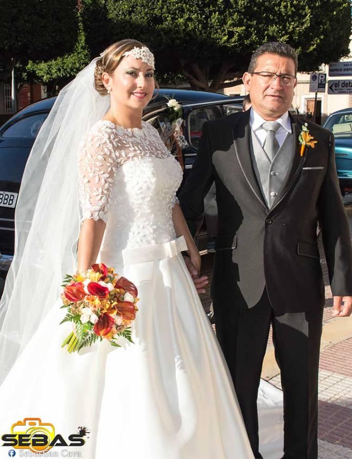 Novia y padre posando con ramo de novia floristería Juani en la glorieta Totana