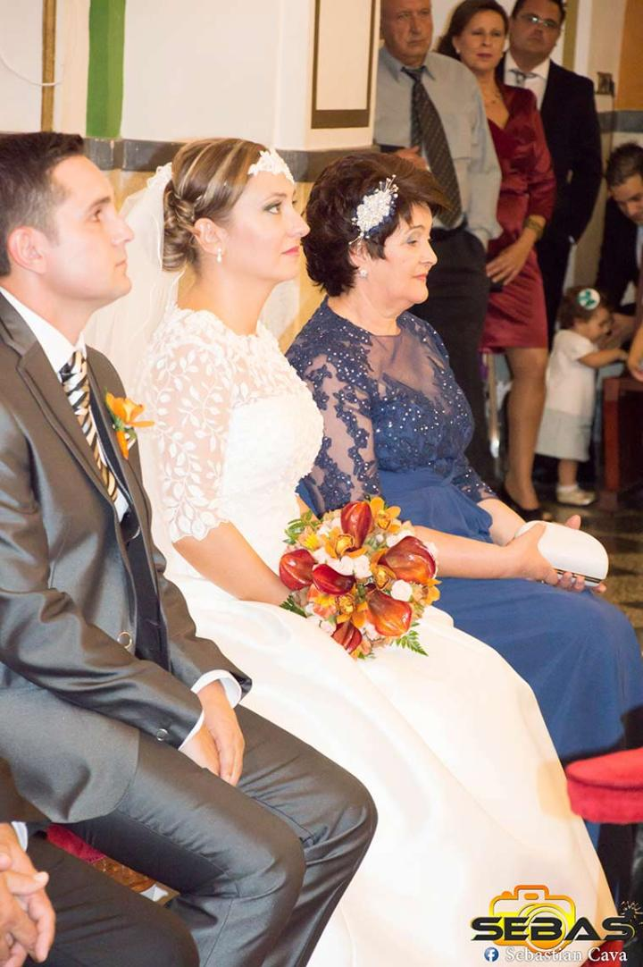 Novia con familia dentro de la iglesia las tres avemarías