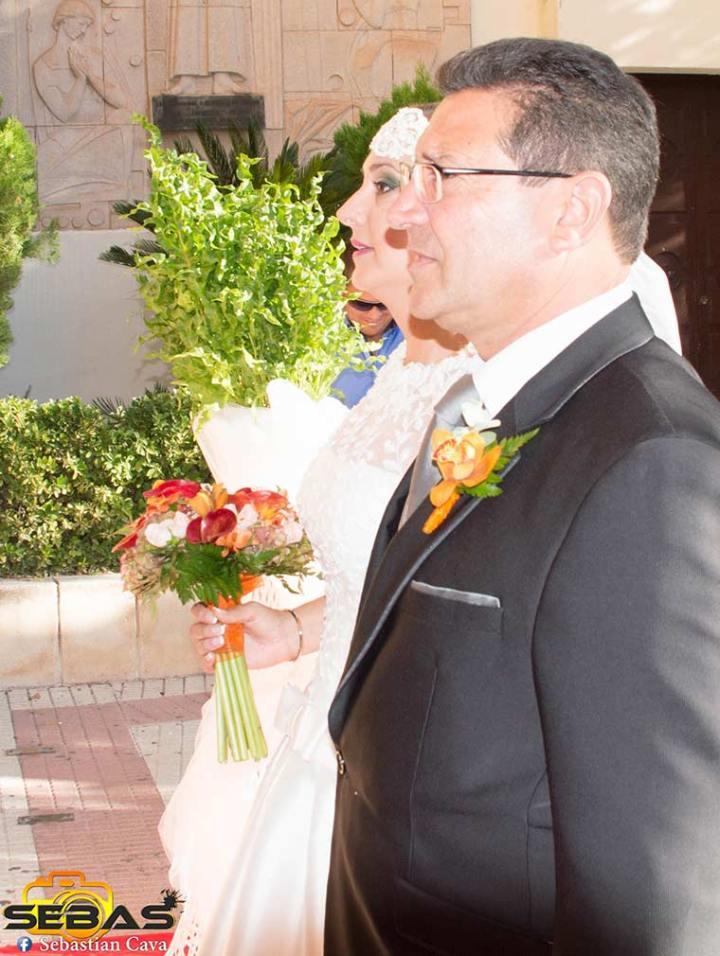Novia y Padre entrando al convento tres Avemarías con flores de floristería Juani