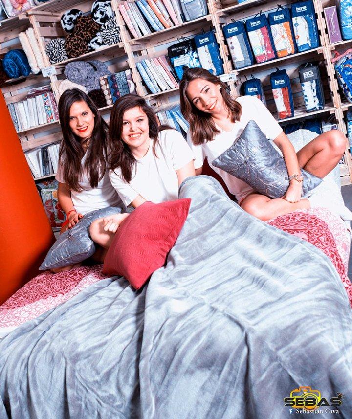 Modelos en cama con colcha en Totana