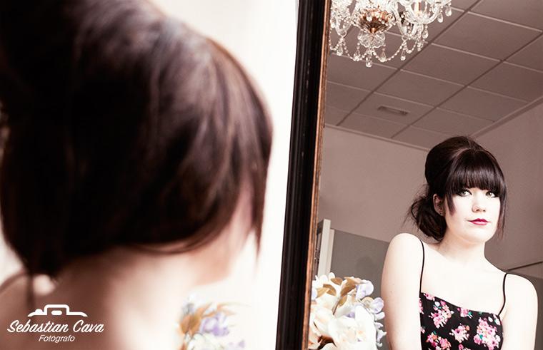 modelo posando con pelo recogido frente al espejo