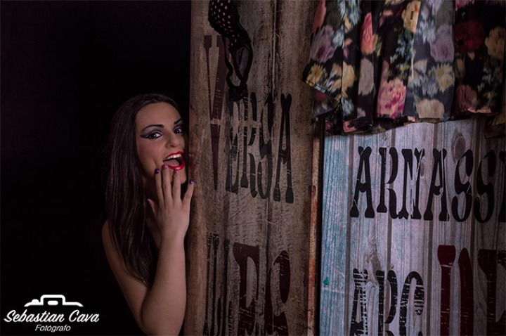 Chica sexy detrás de biombo fotografía profesional Totana Murcia