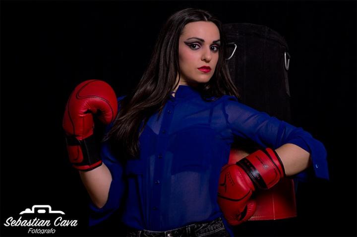 Chica boxeadora posando en estudio con fondo negro