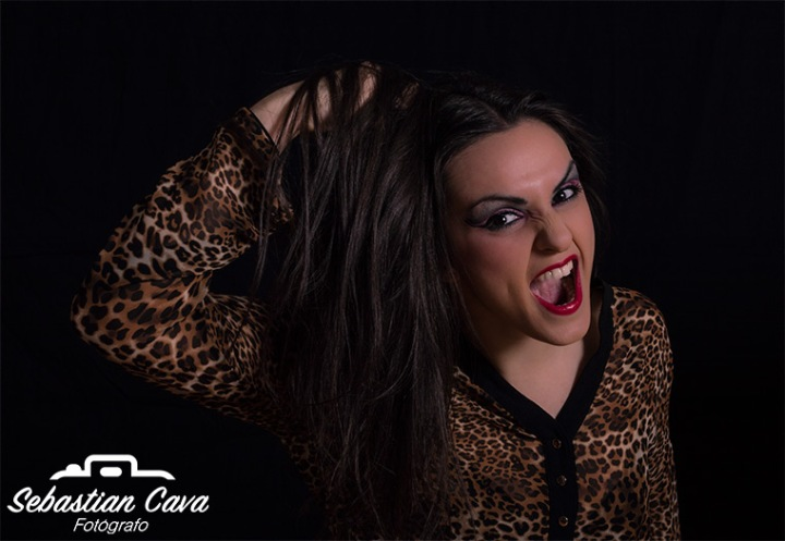 Chica posando gritando agresiva cogiéndose el pelo fotografía profesional Totana Murcia