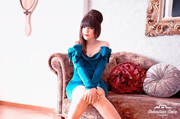 Fotografía modelo posando en sofá con pelo recogido en peluqueria