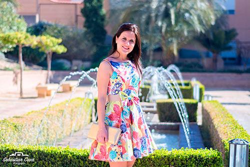 Chica morena con vestido multicolor en baños de Alhama de Murcia