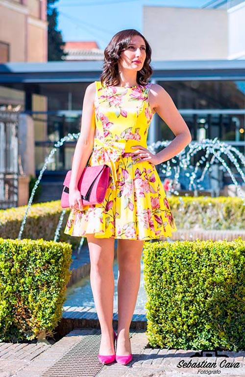 Modelo posando con vestido amarillo y flores en baños de Alhama de Murcia