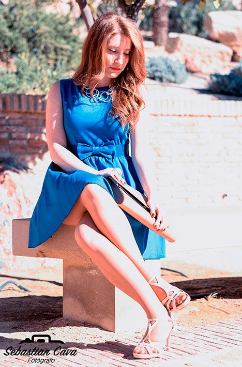 Modelo peliroja posando con vestido azul en banco baños de Alhama de Murcia