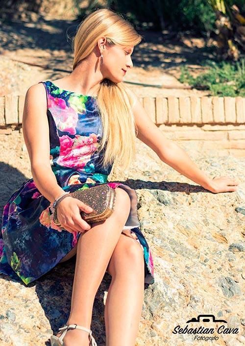 Modelo rubia posando en piedra en baños de Alhama de Murcia