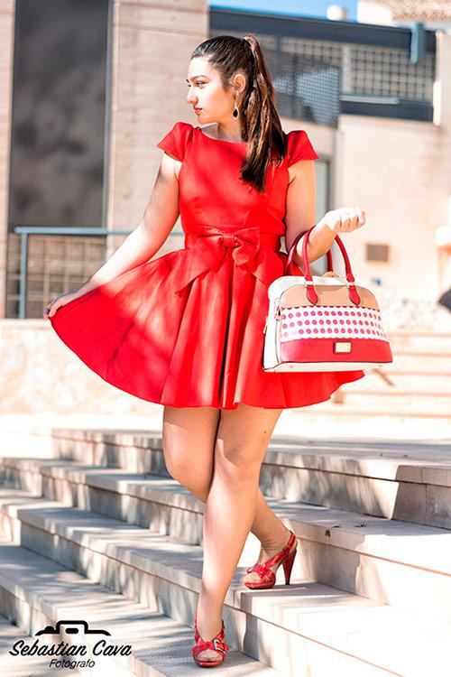 Modelo bajando escaleras con vestido rojo posando en baños de Alhama de Murcia
