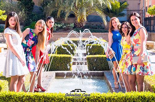 Grupo de chicas posando junto a chorros de agua