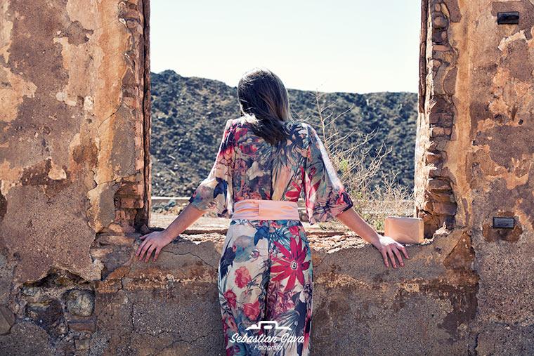 Chica mirando por ventana con vestido florido para esta primavera