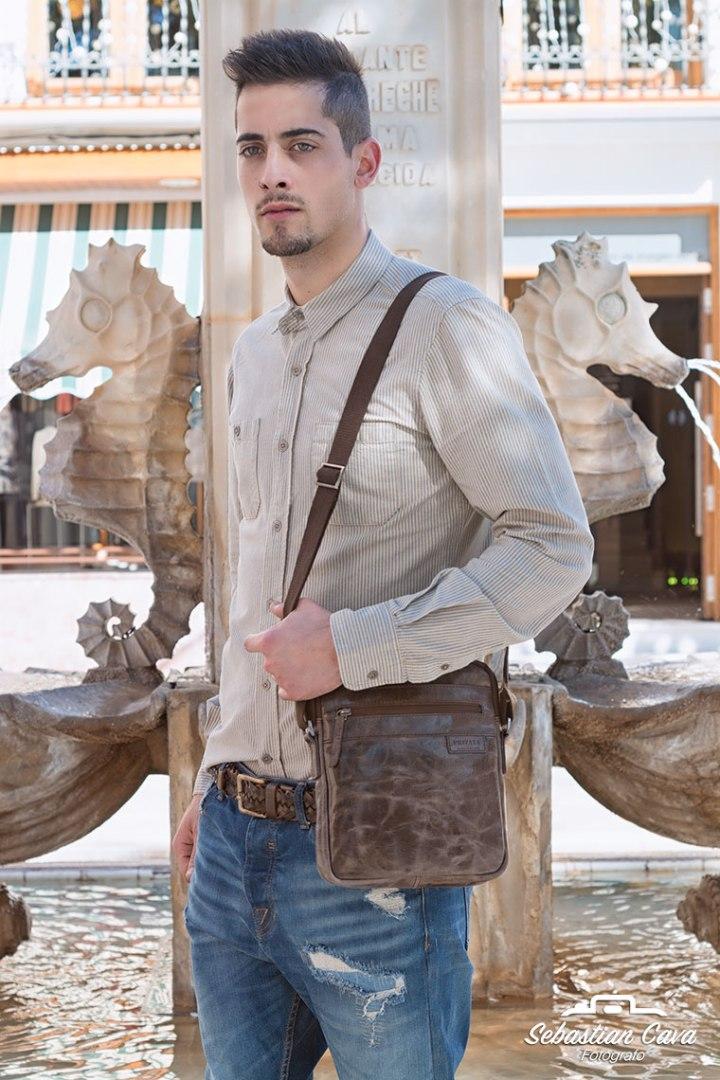 Hombre modelo posando con cartera de cuero junto a fuente de Alhama de Murcia
