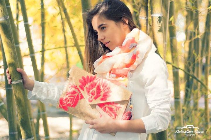 Chica posando junto a bosque de bambu con bolso con flor y pañuelo en el cuello en Alhama de Murcia