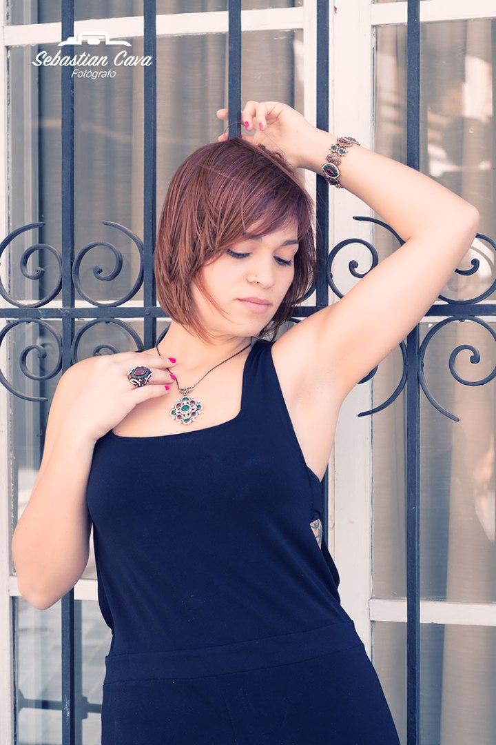 Collar con modelo en Alhama de Murcia posando en ventana
