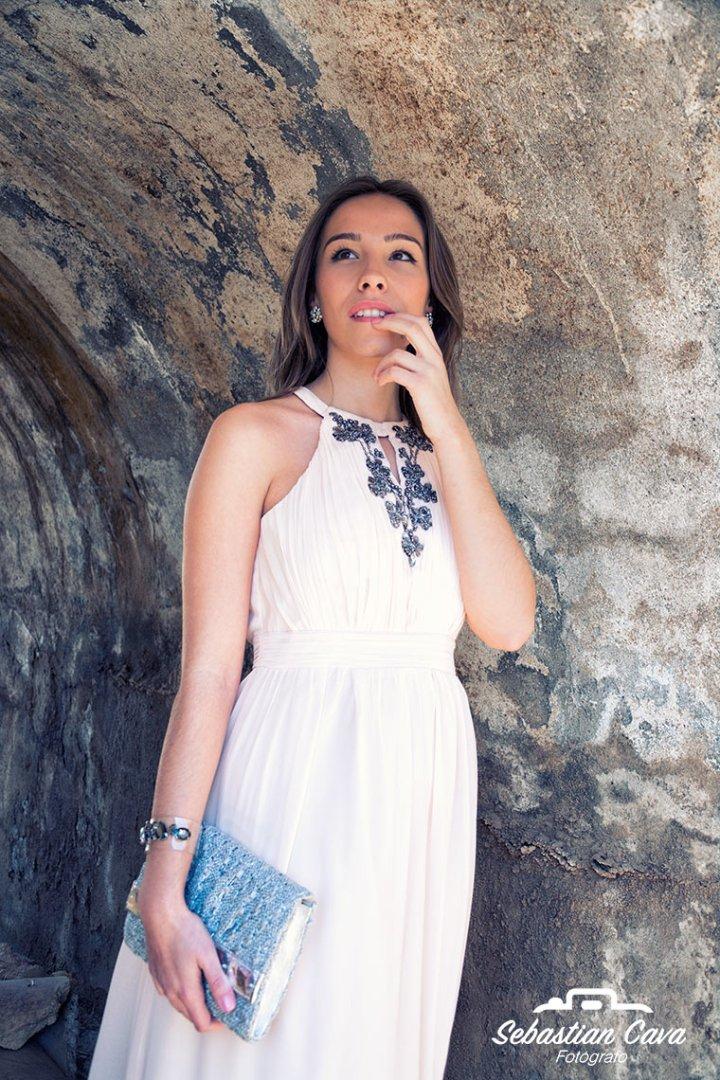 Chica con vestido blanco posando en tunel
