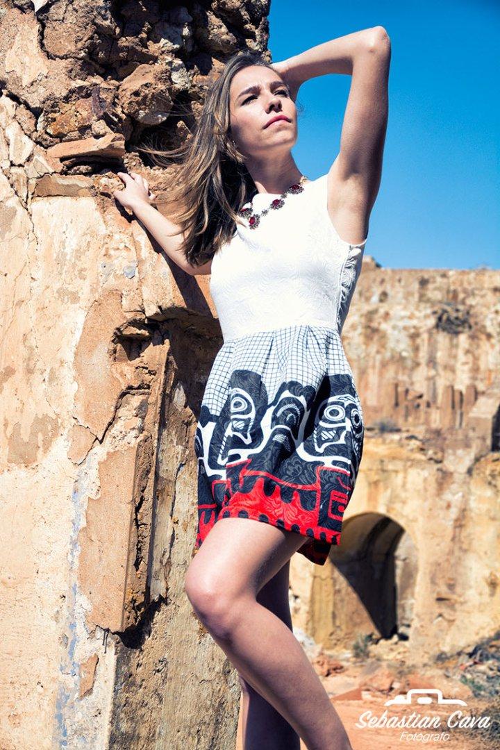 Modelo posando con vestido primaveral en las minas de mazarron