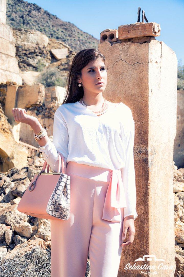 Modelo profesional posando con camisa blanca y pantalones rosas en las minas de mazarron