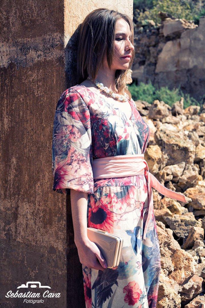 Modelo posando apoyada en pared con vestido kimono con flores en las minas de mazarron