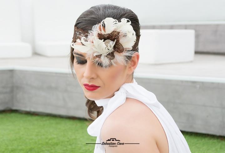 Chica posando con tocado de floristería riquelme Totana en cafetería el faro