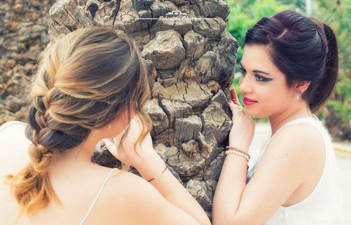 Dos chicas mirándose y posando maquilladas de fantasia