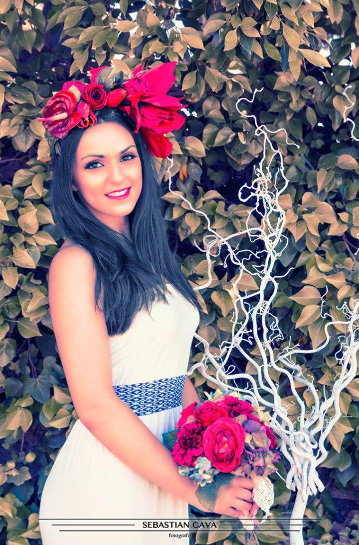 Modelo con tocado de flores