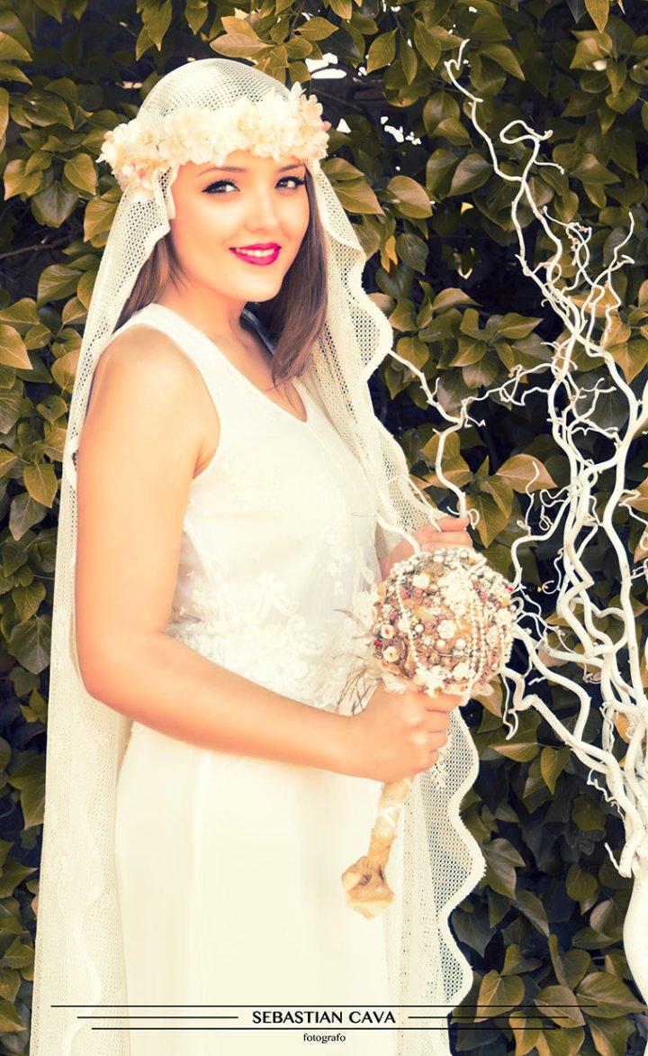 Virgen con corona de flores