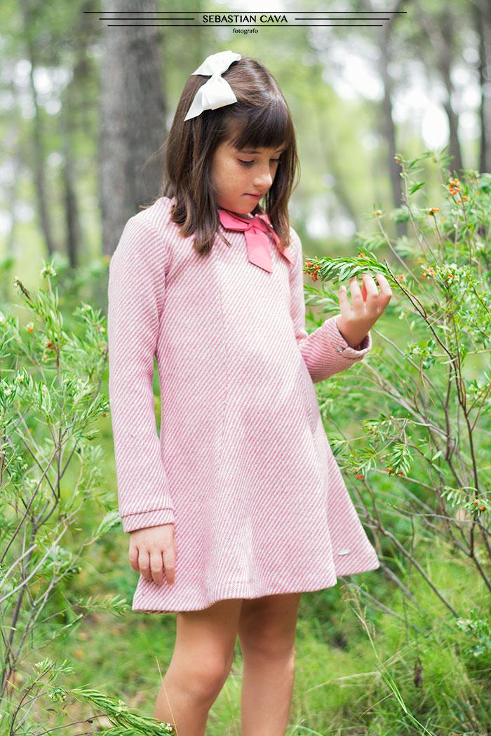 Niña con vestido de niña en bosque