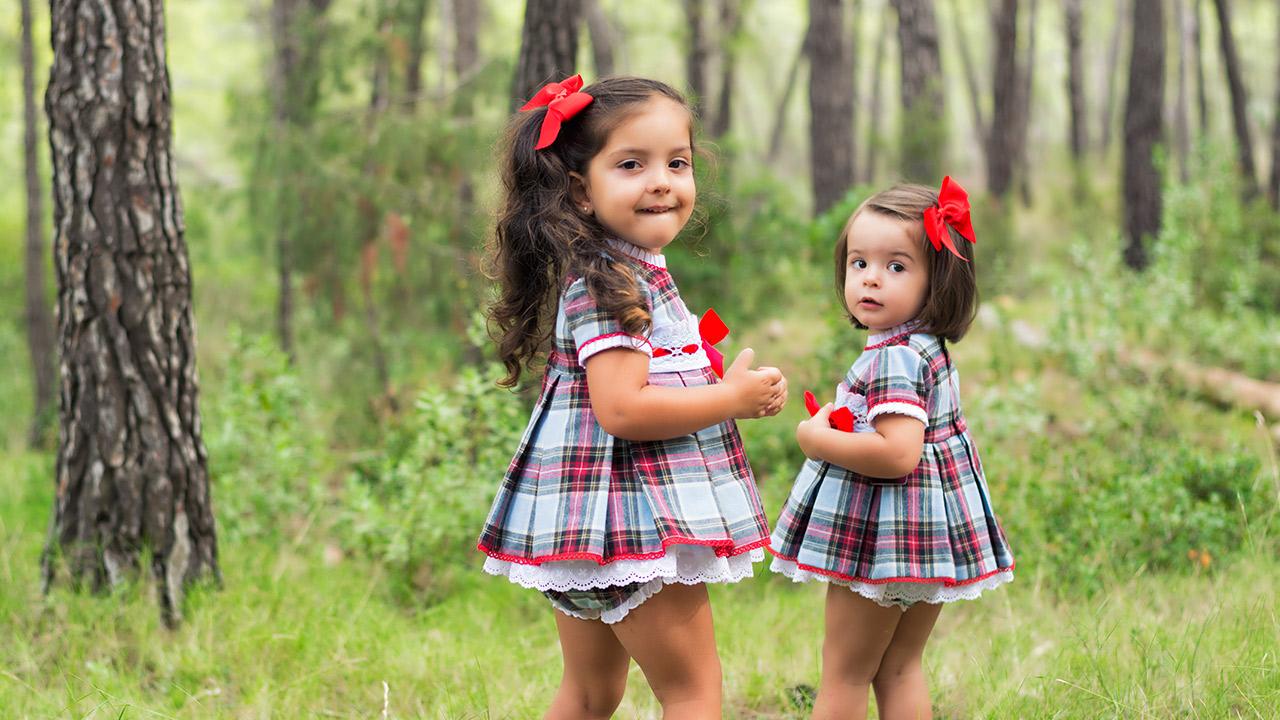 Dos niñas con ropa de niña en bosque