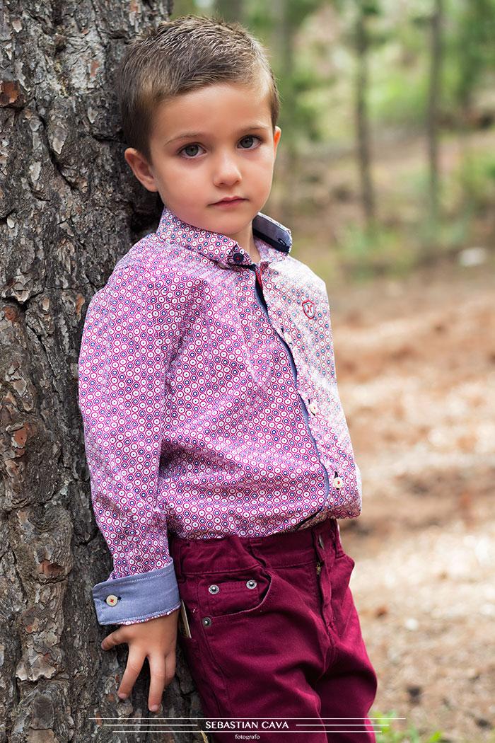 Niño junto a árbol ropa de niño Mikos Alhama
