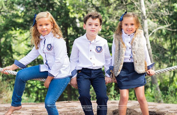 Tres niños con ropa de niño Mikos Alhama