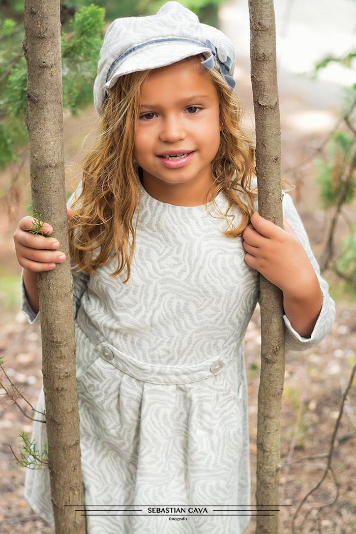 Niña con vestido de niña de Mikos Alhama