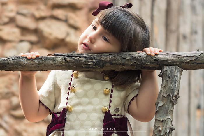 Niña pequeña con vestido de niña